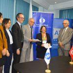 Signature entre M. Slimane Bettaieb, directeur général de l'ATL, et Mme Janet Heckman, Managing Director de la BERD pour la région sud de la Méditerranée