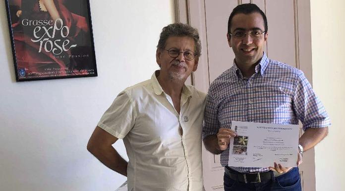 Mohamed Aziz BACCOUCHE recevant son certificat d'excellence de la part de Alain FERRO directeur du Grasse Institute of Perfumery